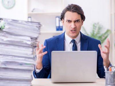 作業量の多さに困惑する男性会計士