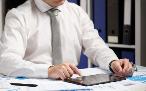 タブレット端末を使用して作業を進める男性会計士